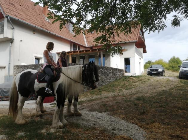 lovaglás, MacskaFészek vendégház